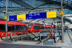 Plattformtecken på Berlin Hauptbahnhof Royaltyfri Fotografi