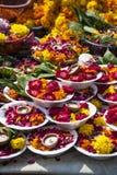 Plattor av blommor och stearinljus Arkivbilder