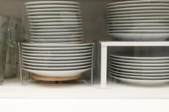 Plattor efter wash i cupborden för disk Royaltyfri Fotografi