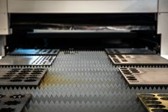 Plattor för metall för laser-skärare bitande arkivfoton