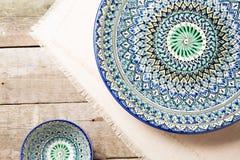 Plattor med den traditionella uzbekistan prydnaden Arkivbilder