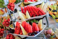 Plattor med olik typ av frukter Arkivfoton
