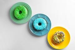 Plattor med olika donuts Royaltyfria Bilder