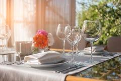 Plattor och exponeringsglas på tabellen Royaltyfri Foto