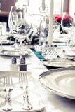 Plattor på tabellen med mat och drinken Fotografering för Bildbyråer
