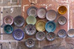 Plattor, tajines och krukor som göras av lera på souken i Chefchaouen royaltyfria bilder