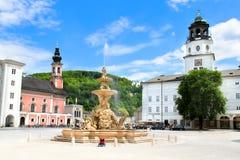 Platz centrale con la fontana in Salzbug fotografie stock