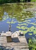 Platz für die Fischerei in einem kleinen landwirtschaftlichen Teich Lizenzfreies Stockfoto