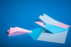 Platz für die Herstellung Origami von Papierflächen Blaues, blaues, rosa Origamiflugzeughandwerk Lizenzfreies Stockbild