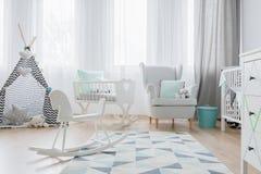 Platz für ein Baby in den weißen Tönen stockfotos
