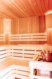 Platz für entspannen sich Hölzerner Saunainnenraum mit kupfernem Eimer Bad acces Lizenzfreie Stockbilder