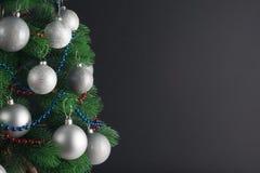 Platz für Ihren Text, schöner Hintergrund mit einem verzierten Weihnachtsbaum verziert mit silbernen Bällen, Kopienraum Stockfoto