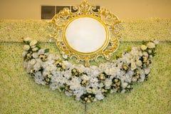 Platz für Jungvermählten verzierte mit Blumen ein leeres Hochzeit fram Lizenzfreie Stockfotos