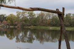 Platz für Rest mit hölzerner Tabelle und Stühlen Für Picknick im Wald in Fluss Stockfoto