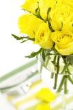 Platzeinstellung mit gelben Rosen stockbild