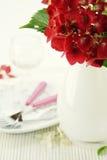 Platzeinstellung mit Hydrangeablume stockfotos
