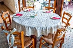 Platzieren Sie BouquetBride der Braut und pflegen Sie Tabelle mit Blumenstrauß der Braut am Hochzeitsempfang Stockfoto