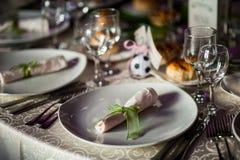 Platzieren Sie BouquetBride der Braut und pflegen Sie Tabelle mit Blumenstrauß der Braut am Hochzeitsempfang stockfotografie