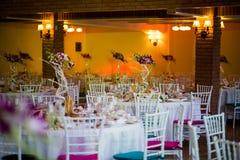 Platzieren Sie BouquetBride der Braut und pflegen Sie Tabelle mit Blumenstrauß der Braut am Hochzeitsempfang stockbild
