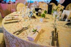 Platzieren Sie BouquetBride der Braut und pflegen Sie Tabelle mit Blumenstrauß der Braut am Hochzeitsempfang stockfotos
