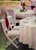 Platzieren Sie BouquetBride der Braut und pflegen Sie Tabelle mit Blumenstrauß der Braut am Hochzeitsempfang Lizenzfreies Stockfoto