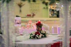 Platzieren Sie BouquetBride der Braut und pflegen Sie Tabelle mit Blumenstrauß der Braut am Hochzeitsempfang Lizenzfreie Stockfotos