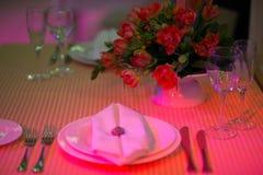 Platzieren Sie BouquetBride der Braut und pflegen Sie Tabelle mit Blumenstrauß der Braut am Hochzeitsempfang Lizenzfreie Stockfotografie