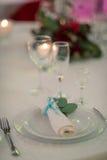 Platzieren Sie BouquetBride der Braut und pflegen Sie Tabelle mit Blumenstrauß der Braut am Hochzeitsempfang Lizenzfreie Stockbilder