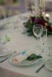 Platzieren Sie BouquetBride der Braut und pflegen Sie Tabelle mit Blumenstrauß der Braut am Hochzeitsempfang Lizenzfreies Stockbild