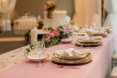 Platzieren Sie BouquetBride der Braut und pflegen Sie Tabelle mit Blumenstrauß der Braut am Hochzeitsempfang Asiatische Bankettis Stockfotografie