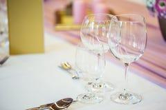 Platzieren Sie BouquetBride der Braut und pflegen Sie Tabelle mit Blumenstrauß der Braut am Hochzeitsempfang Schöne Tabelle einge Lizenzfreie Stockbilder