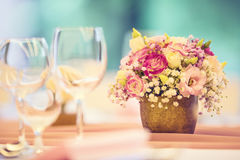 Platzieren Sie BouquetBride der Braut und pflegen Sie Tabelle mit Blumenstrauß der Braut am Hochzeitsempfang Schöne Tabelle einge Stockfoto