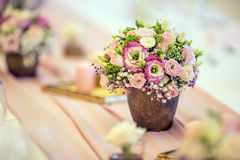 Platzieren Sie BouquetBride der Braut und pflegen Sie Tabelle mit Blumenstrauß der Braut am Hochzeitsempfang Schöne Tabelle einge Stockfotografie