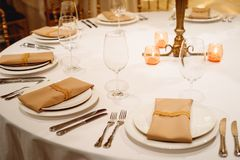 Platzieren Sie BouquetBride der Braut und pflegen Sie Tabelle mit Blumenstrauß der Braut am Hochzeitsempfang Blumengestecke auf T Lizenzfreie Stockfotografie
