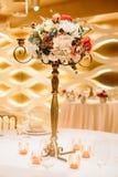 Platzieren Sie BouquetBride der Braut und pflegen Sie Tabelle mit Blumenstrauß der Braut am Hochzeitsempfang Blumengestecke auf T Lizenzfreies Stockfoto