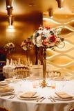 Platzieren Sie BouquetBride der Braut und pflegen Sie Tabelle mit Blumenstrauß der Braut am Hochzeitsempfang Blumengestecke auf T Stockbilder