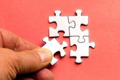 Platzierung des letzten fehlenden Friedens des Puzzlespiels Stockfotos