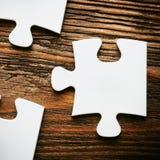 Platzierung, ein Stück des Puzzlespiels verfehlend Die goldene Taste oder Erreichen für den Himmel zum Eigenheimbesitze Lizenzfreies Stockbild