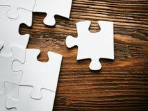 Platzierung, ein Stück des Puzzlespiels verfehlend Die goldene Taste oder Erreichen für den Himmel zum Eigenheimbesitze Stockbild