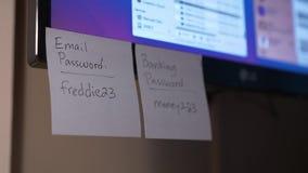 Platzierung von Passwort-Anzeigen auf einen Computer-Monitor stock footage