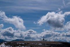 Platzkontrollturm in den Wolken Stockfoto