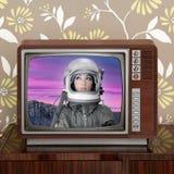 Platzodyssee beschädigt Astronauten auf Retro- Fernsehapparat 60s lizenzfreies stockbild