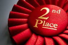 2. Platzsiegerrosette oder -ausweis im Rot Lizenzfreies Stockfoto