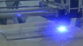 Platzt Laser-Aufschrift auf einer hölzernen Platte heraus stock video footage