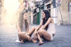 Plaudern mit einem Freund lizenzfreies stockfoto