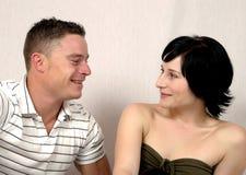 Plaudernde glückliche Paare Stockfoto