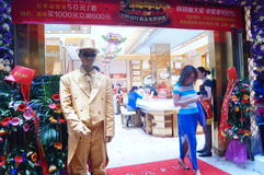 Play the statue, to attract customers, Shenzhen jewelry store Stock Photo