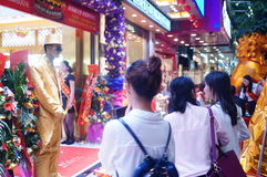 Play the statue, to attract customers, Shenzhen jewelry store Stock Photos
