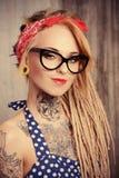 欧美女子纹身穿环