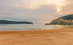 Playa在日落的De戈尔利斯,西班牙,巴斯克地区,毕尔巴鄂 免版税库存图片